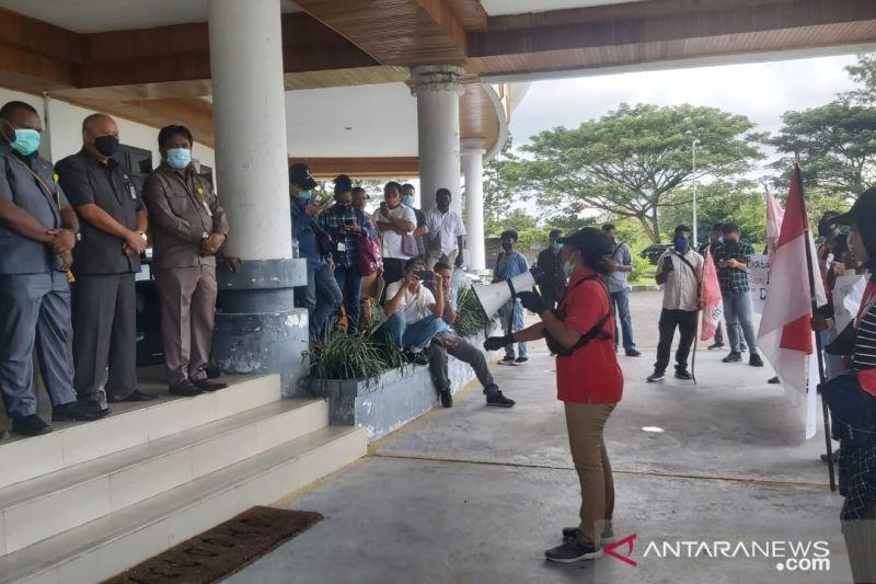 Mahasiswa Mimika tuntut DPRD usut pembangunan Kantor Disdikbud