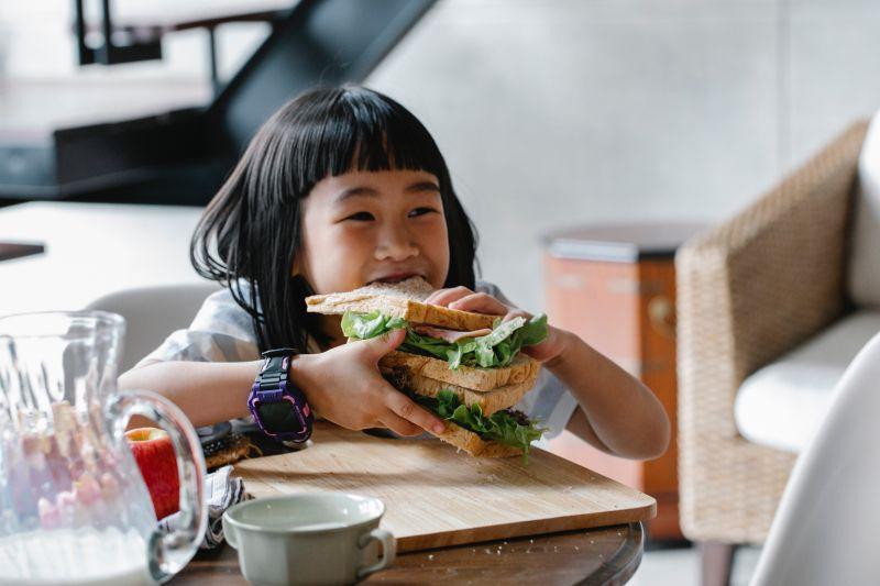 Kenali beda nafsu makan ekstrim  dan naiknya hasrat makan anak