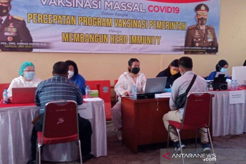 Polsek di bawah Polrestabes Bandung gelar vaksinasi COVID-19 untuk umum