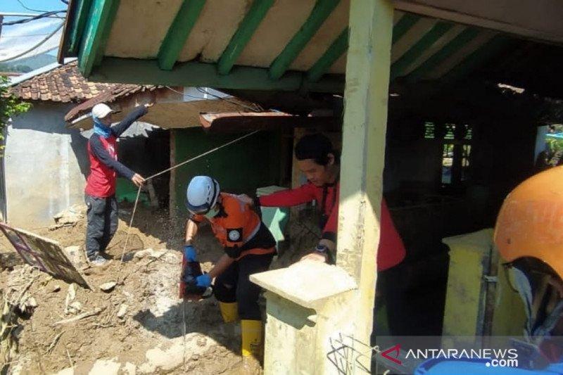 Petugas gabungan Cianjur bersihkan material longsor Cibeber