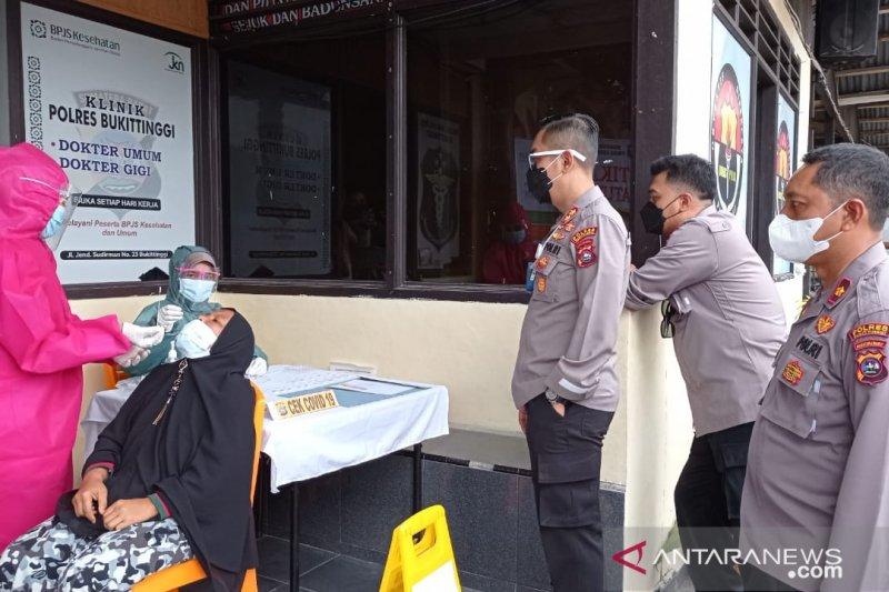Polres Bukittinggi mulai lakukan tes cepat COVID-19 kepada pelanggar prokes