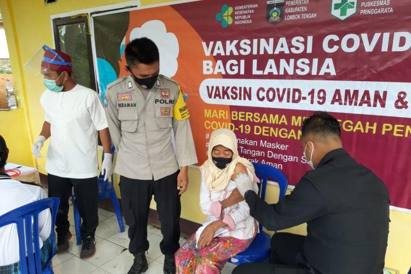 Polres Loteng gelar vaksinasi COVID-19 bagi lansia di Kecamatan Pringgarata