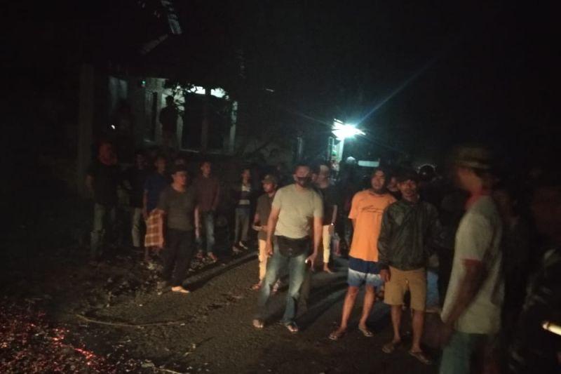 Kapolsek Pajo tangani aksi blokir jalan di Desa Lapedi