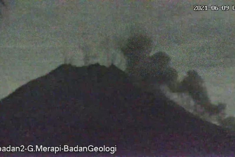 Tiga awan panas meluncur dari Gunung Merapi hingga sejauh 1,6 km