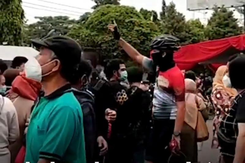 Ganjar tertibkan antrean masyarakat di Sentra Vaksinasi Gradhika