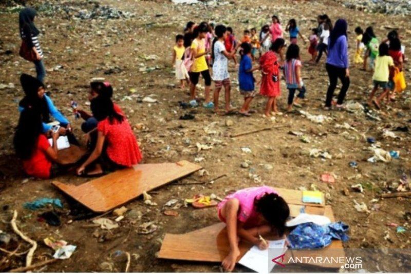 """""""Sekolah Kolong"""" untuk anak pemulung di Bukittinggi"""