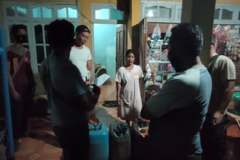 Gerebek rumah warga, polisi amankan puluhan liter miras oplosan