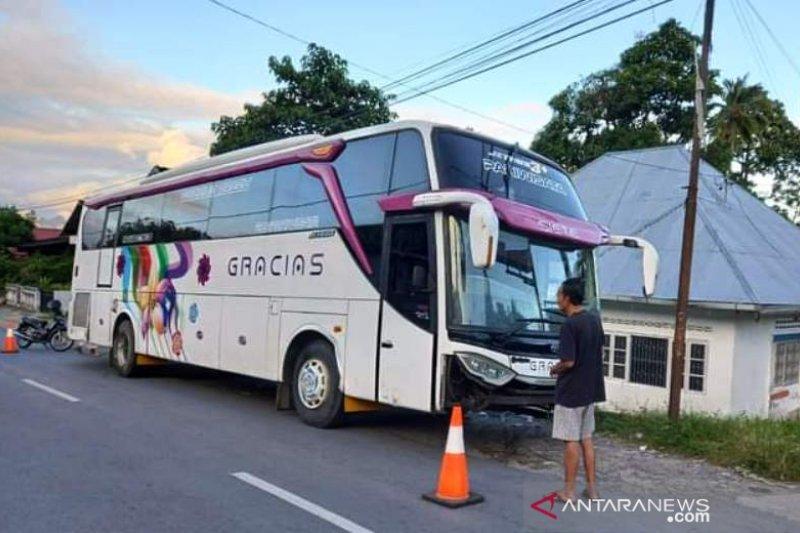 Evakuasi bus pariwisata tersangkut di Kelok 44 sampai 16 jam