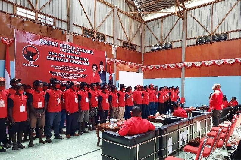 DPD PDIP Papua lantik 27 pengurus anak cabang di Kabupaten Puncak Jaya