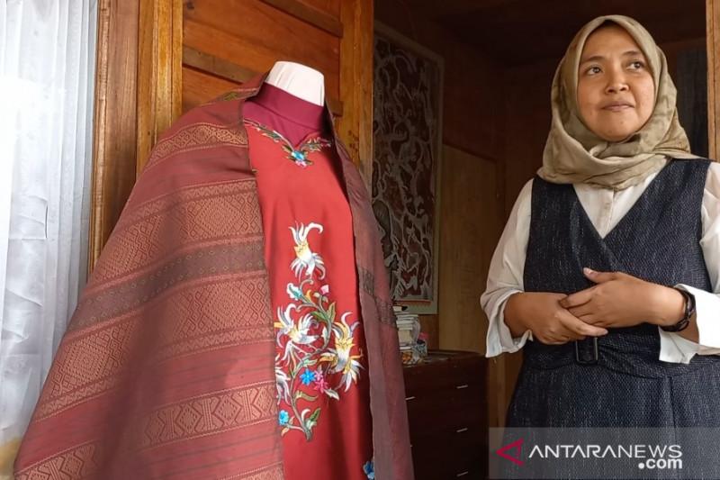 Studio ini berupaya menghidupkan kembali kain klasik langka Minangkabau (Video)