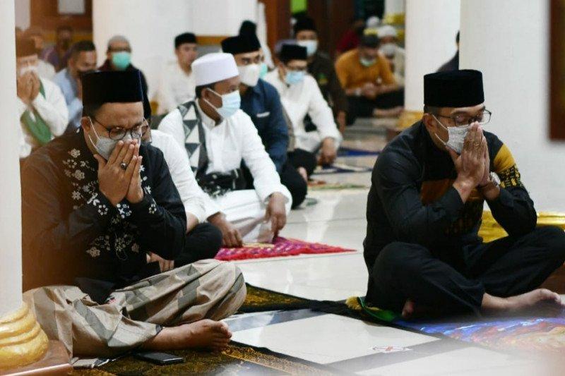 Ridwan Kamil dan Anies Baswedan Salat Subuh berjamaah di Sumedang