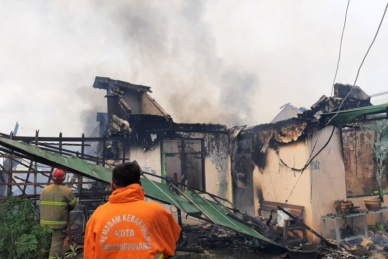 Rumah dipinggir jalan Tanjungpinang ludes terbakar