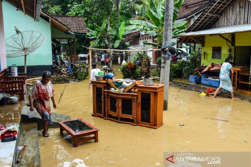 Pemkab Garut salurkan Rp1,9 miliar bagi korban banjir dan longsor