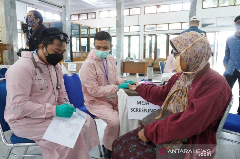 Pemkab Garut berupaya mendekatkan pelayanan vaksinasi bagi lansia di perdesaan