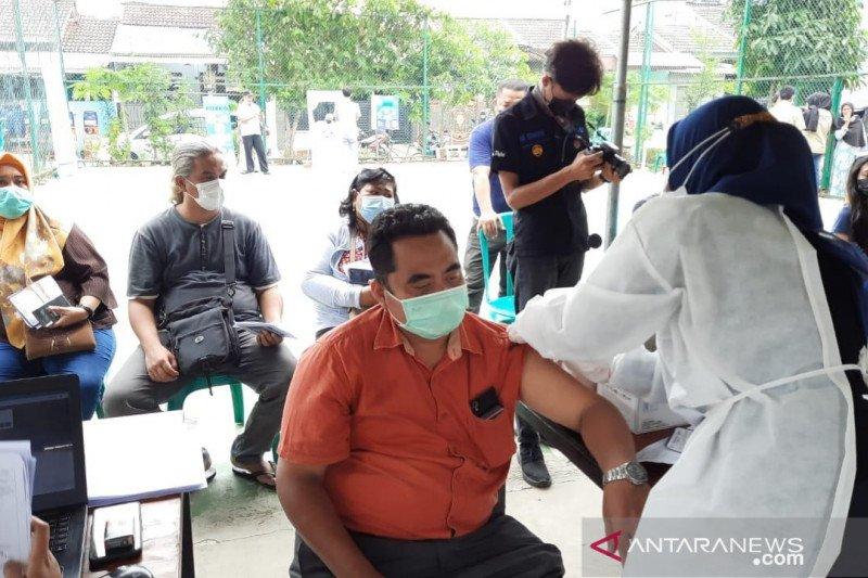 Polres Metro Bekasi vaksinasi massal 1.200 warga wilayah rentan