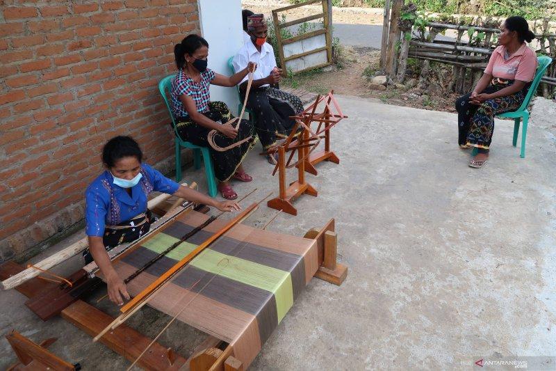 Perajin Manggarai Barat kembangkan kain tenun dengan pewarna alam