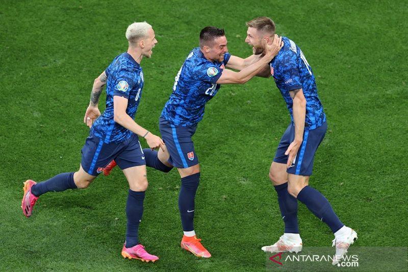 Slovakia atasi Polandia 2-1, diwarnai kartu merah dan gol bunuh diri