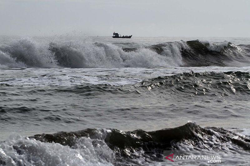 BMKG: Gelombang sangat tinggi berpeluang terjadi di perairan selatan Jawa dan NTB