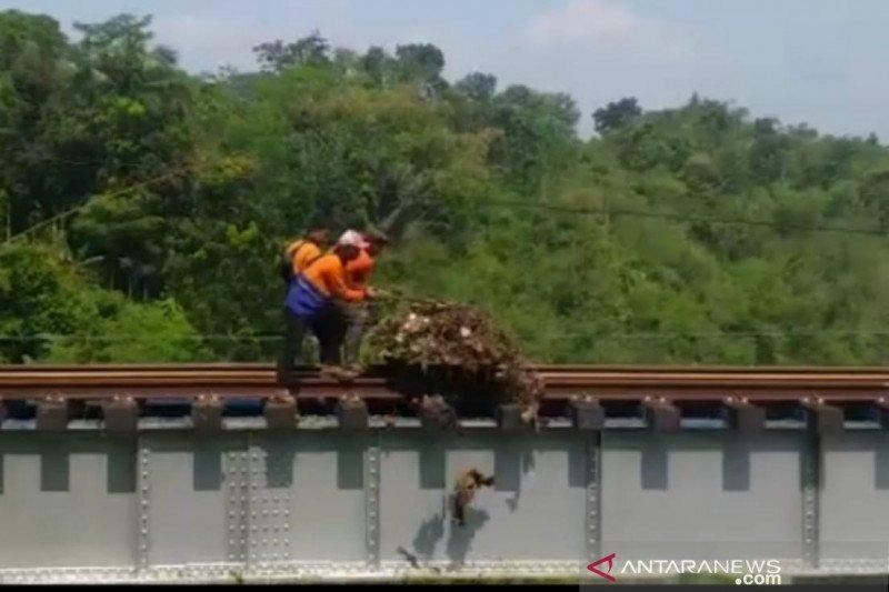 KAI Daop 2 Bandung bantah jika petugasnya buang sampah ke Sungai Cisokan