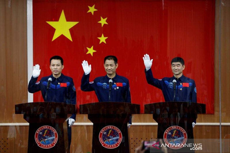 China luncurkan misi luar angkasa berawak pertama
