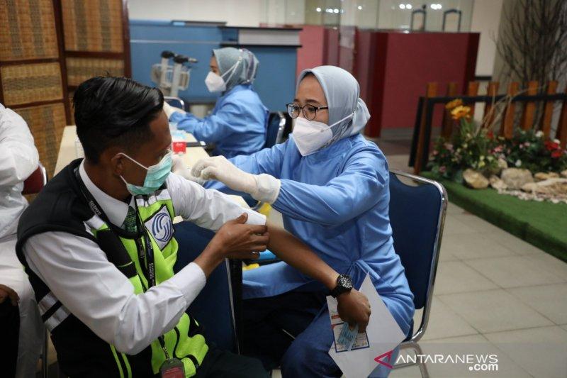 BP Batam vaksin ribuan petugas di Bandara Hang Nadim