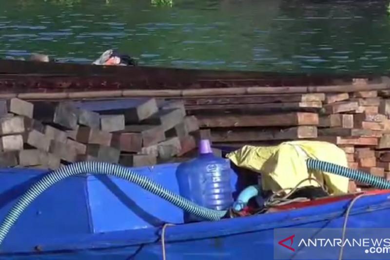 Brimob Kaltara Amankan Dua kapal Membawa Kayu Ilegal di Tarakan