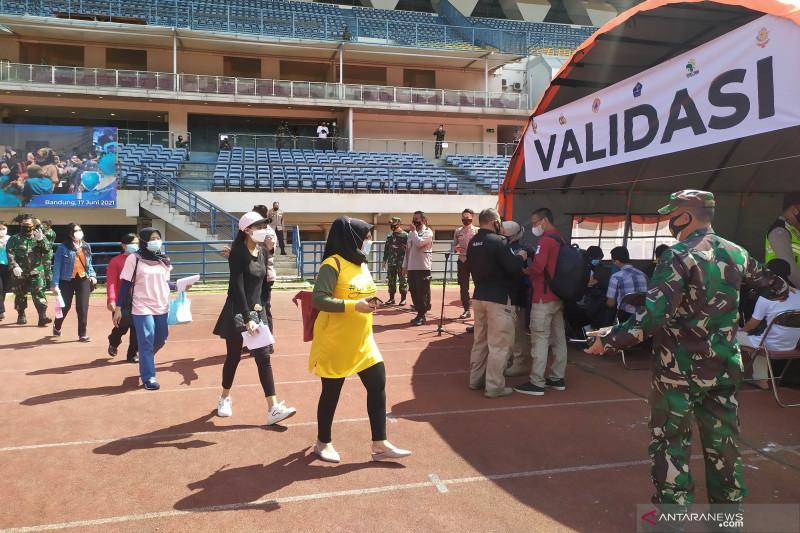 Ribuan orang padati vaksinasi COVID-19 massal di Stadion Bandung