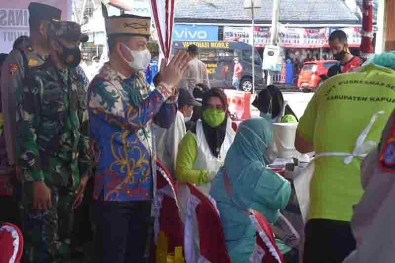 Pemkab Kapuas bersama TNI-Polri ajak warga ikut vaksin COVID-19
