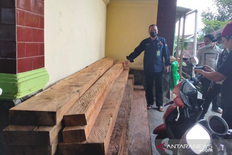 Petugas TNKS wilayah III Bengkulu-Sumsel amankan 1,5 meter kubik kayu tak bertuan