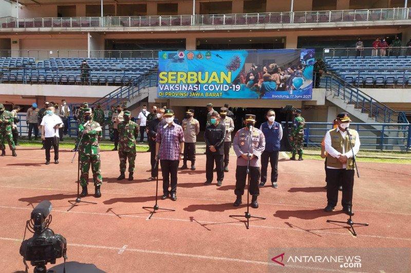 Menkes cek vaksinasi di GBLA Bandung pastikan tambahan 400 ribu per hari