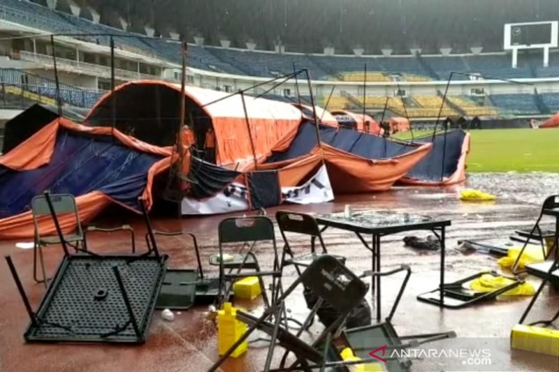 Hujan angin disertai es akibatkan tenda vaksinasi di GBLA roboh