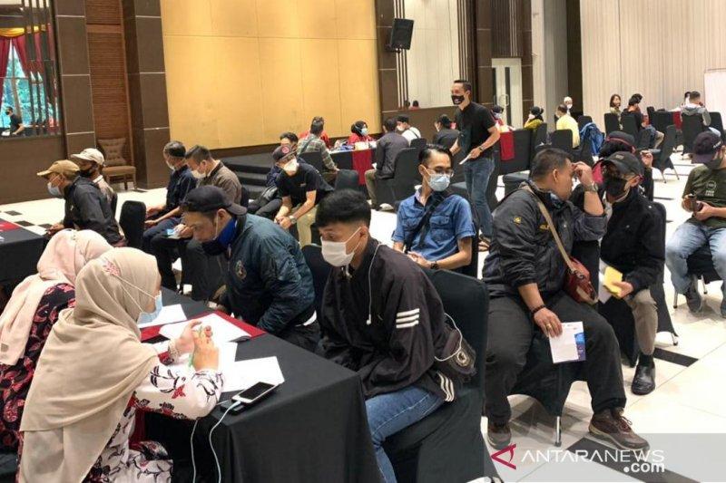 Pengelola hotel dan restoran di Cianjur lakukan vaksinasi serentak untuk karyawan