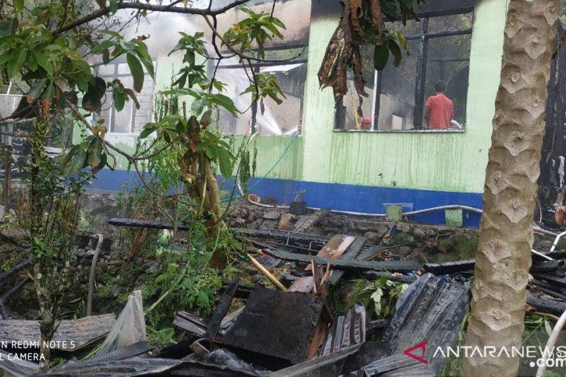 Tiga unit mobil kebakaran dan 15 petugas berjuang padamkan rumah terbakar di Tanjungraya Agam