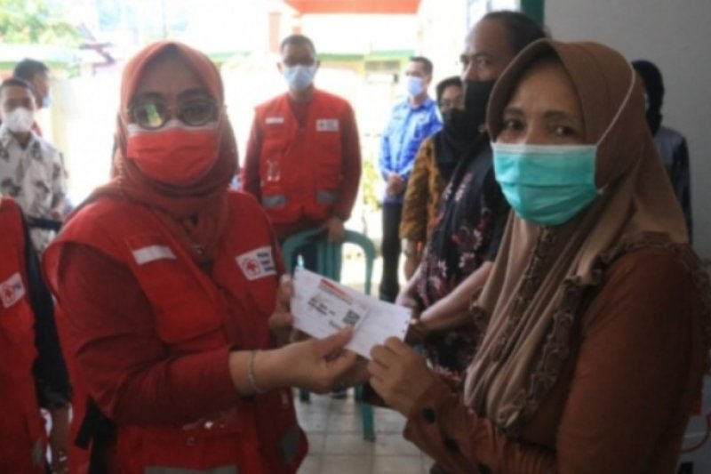 Wagub Sulbar serahkan BNT kepada 700 KK warga Majene