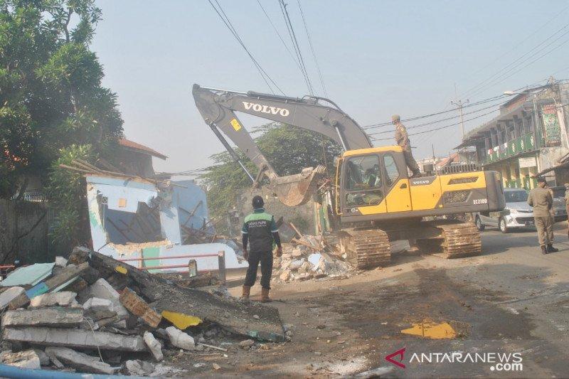 Satpol PP Bogor ratakan 153 bangunan liar di Kemang