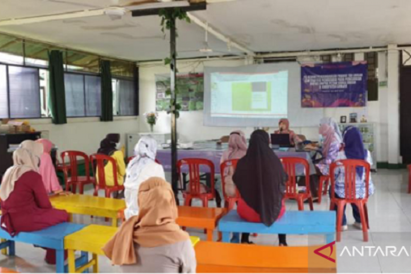 Dosen IPB beri pelatihan pengembangan produk teh krisan bagi petani Cianjur