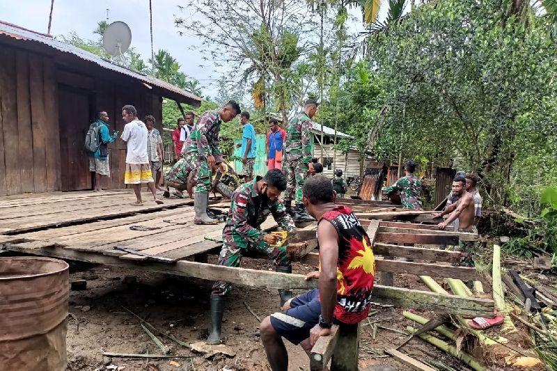 Satgas TNI Yonif 131 bantu renovasi rumah warga di perbatasan RI-PNG