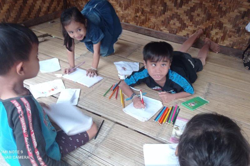 Bocah balita Badui belajar menulis sambil bermain