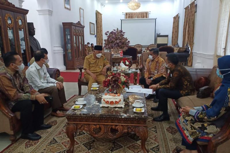 Gubernur Sumbar minta OJK kawal konversi Bank Nagari ke syariah