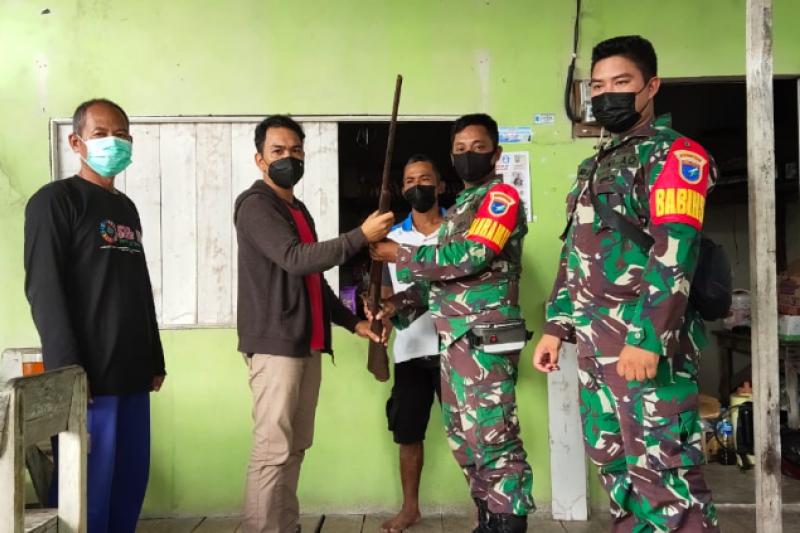 Seorang warga serahkan senjata api rakitan ke TNI