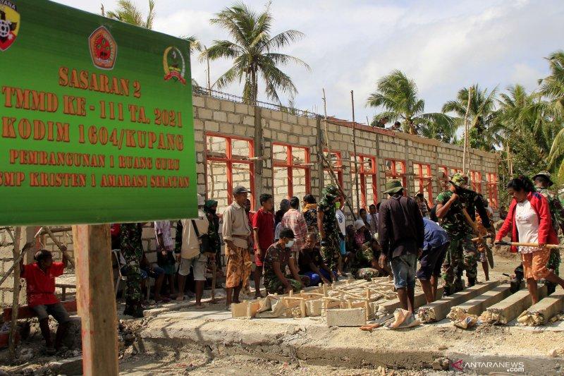 Warga perbatasan gotong royong bangun tiga gedung sekolah di Nekmese