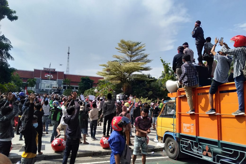 Didemo warga Madura, Wali Kota Surabaya temui pengunjuk rasa