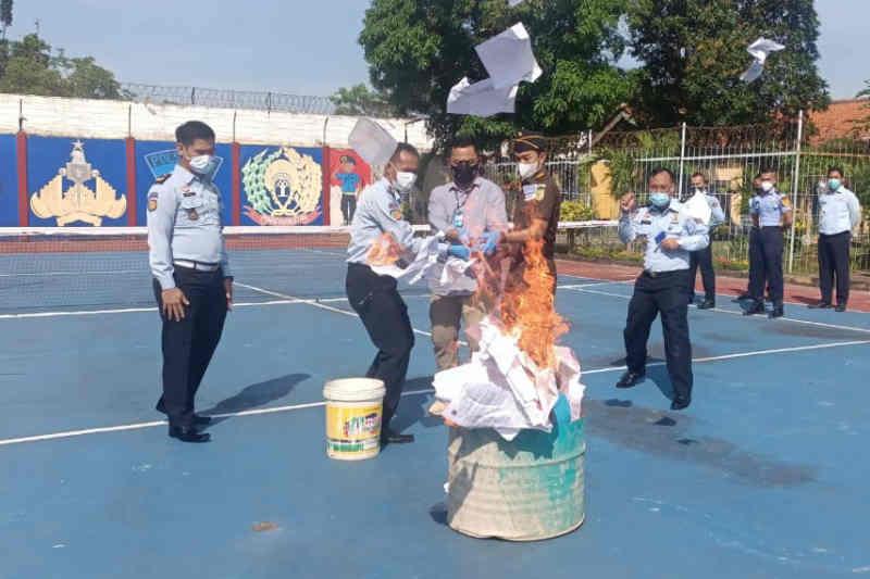 Barang sitaan milik narapidana Lapas Indramayu dimusnahkan