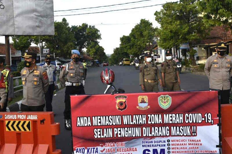 Aparat Polresta Cirebon lakukan penyekatan jalan di wilayah zona merah