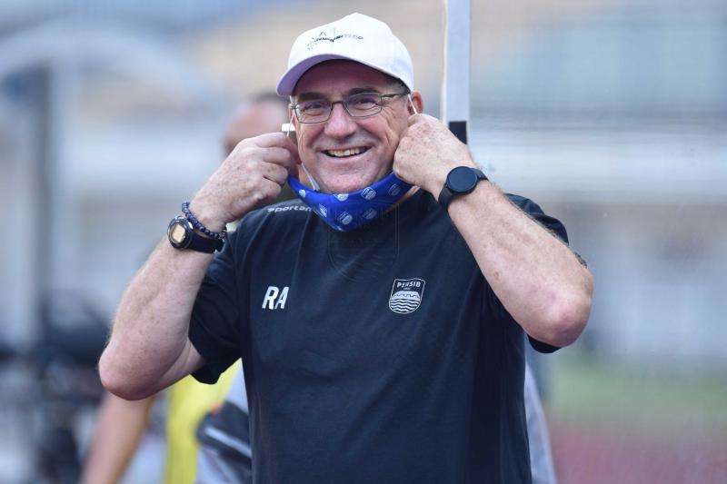 Robert Alberts ingatkan pemain Persib taati prokes selama Piala Wali Kota Solo