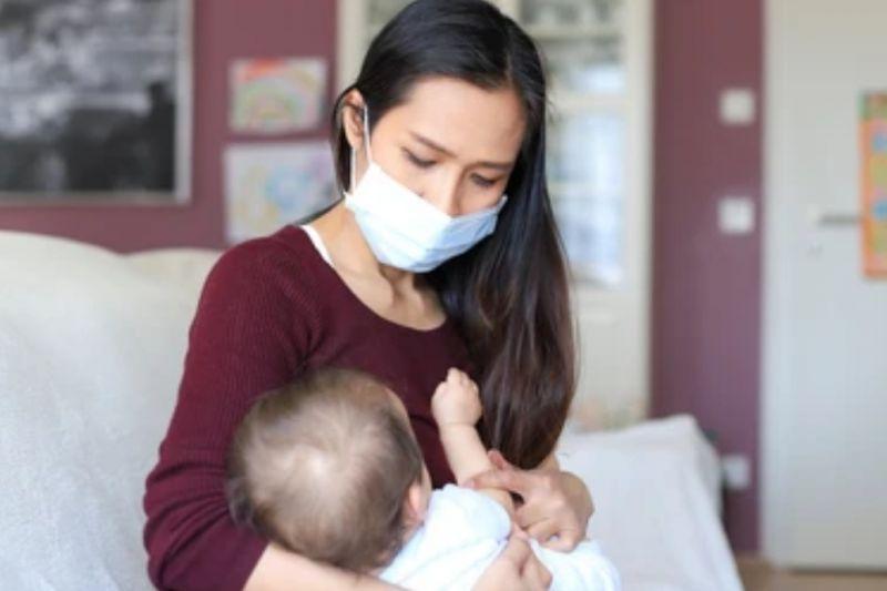 Ibu positif COVID-19 bisa tetap menyusui bayinya asal prokes ketat