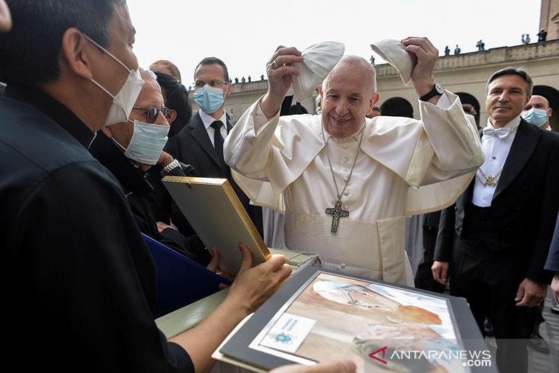 Paus Fransiskus muncul kembali di depan publik setelah operasi usus