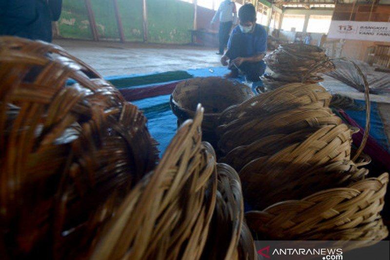 Kerajinan Anyaman lidi Sawit Warga Binaan