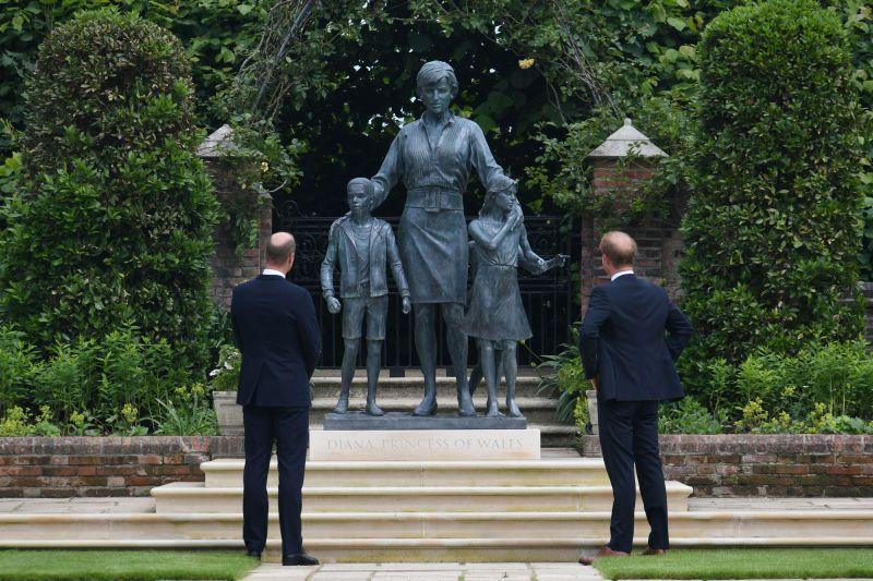 Pangeran William dan Harry rukun ketika resmikan patung Putri Diana