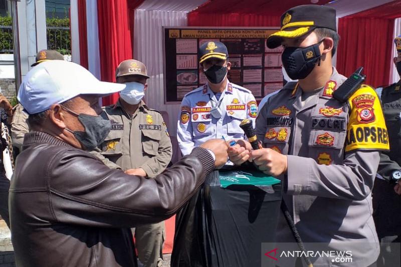 Polres Garut bagikan seribu kotak nasi bagi warga terdampak PPKM